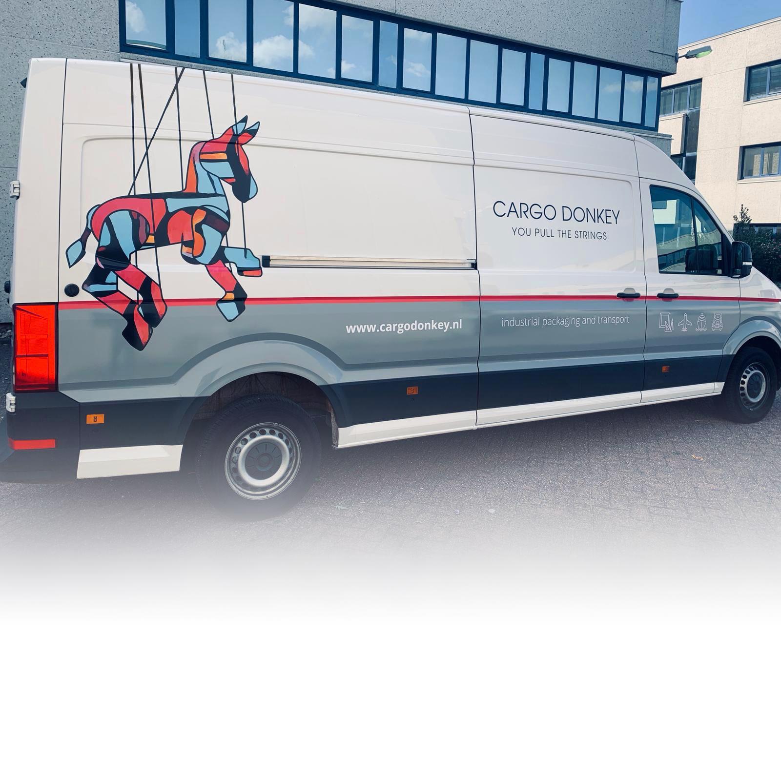 Logo restyling en autobelettering voor bedrijfs wagens van Cargo Donkey, internationaal transport