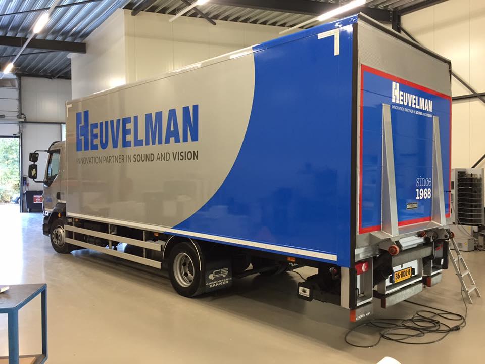 Logo restyling en autobelettering van vrachtwagens voor een internationaal innovatief bedrijf in de audiovisuele branche